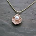 pen0063-yg-lds-shell-pndnt-white-pearl