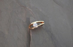 LRM0001 yg tapered channel cz ring800